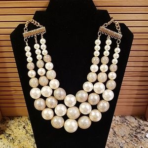 Charming Charlie pearl statement necklace GUC